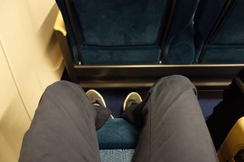 レッグレスト展開時のE7系グリーン車の足元の様子