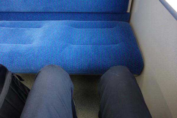 115系ボックス席の座席の足元の広さ