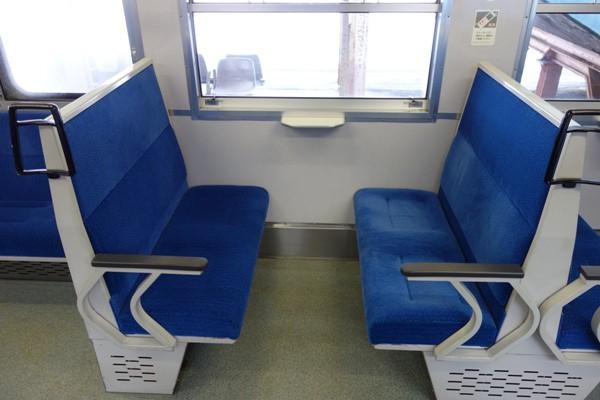 115系長野色の車内のボックス座席