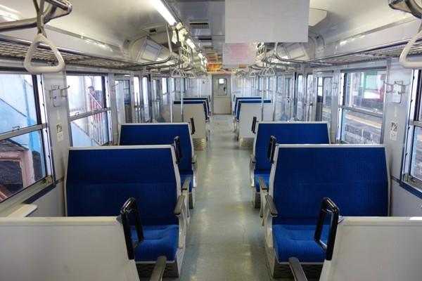 国鉄115系長野色のボックス席が並ぶ車内