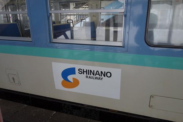 信州色のしなの鉄道の国鉄115系車両