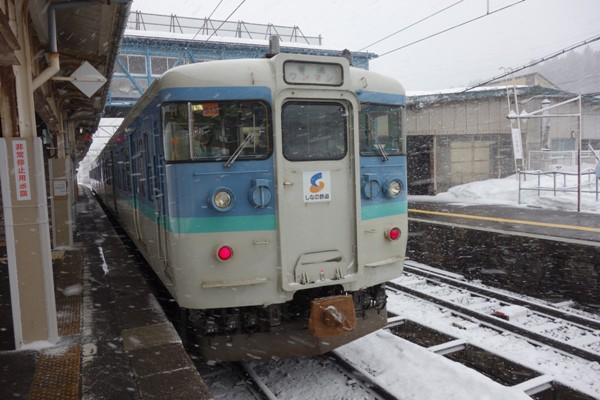 しなの鉄道の長野色115系の先頭車両