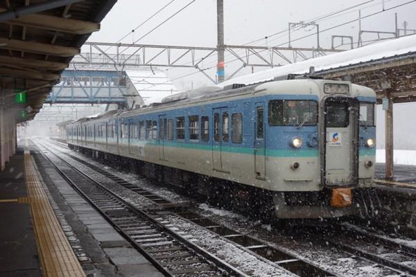 上越妙高駅に停車するしなの鉄道の長野色115系