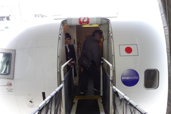 ボーディングブリッジを用いてのCRJ200への搭乗時の様子