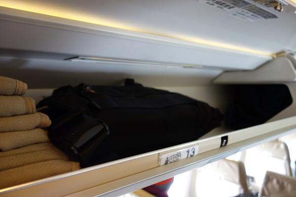 CRJ200の荷物棚に手荷物を入れた時の様子
