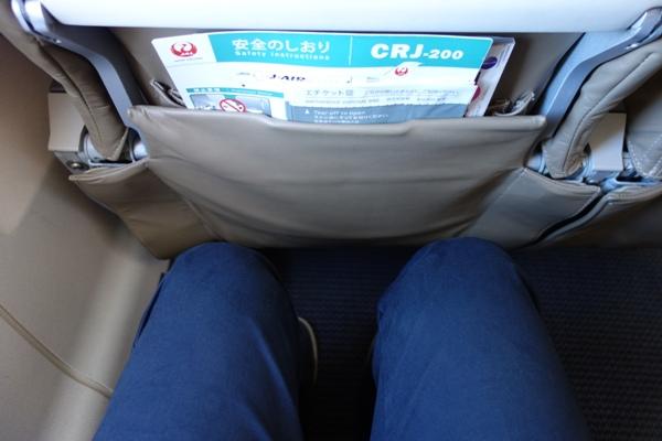 J-AIRのCRJ200の足元の広さ