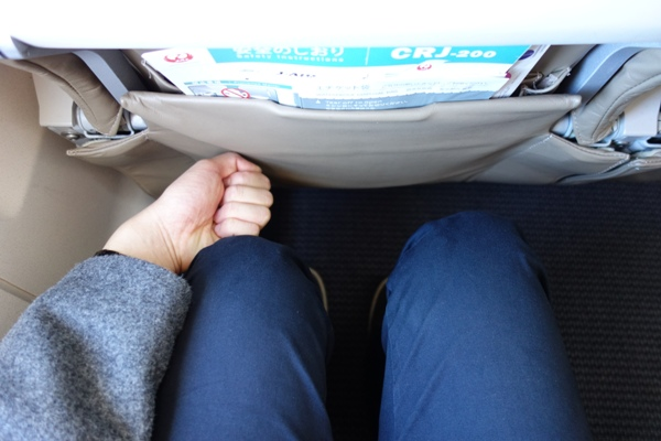 J-AIRのCRJ200の足元の広さ(握りこぶしを添えて)