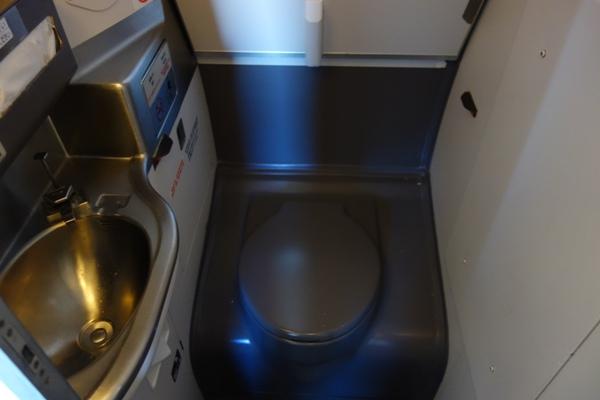 やや窮屈なCRJ200トイレ内部