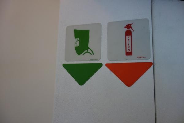 消火器と防火ずきんの場所を示すマーク