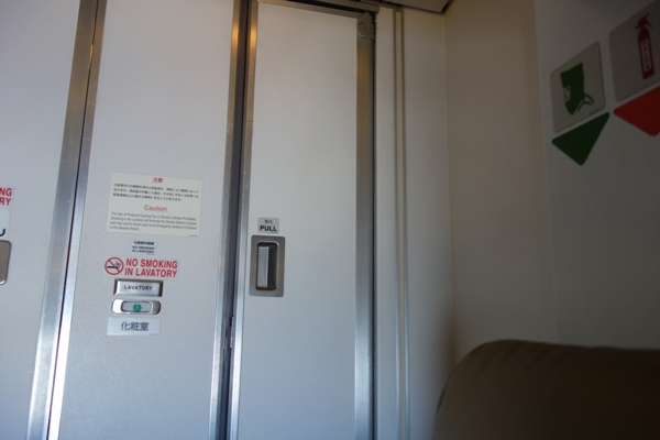 CRJ200の機体最後部のトイレ