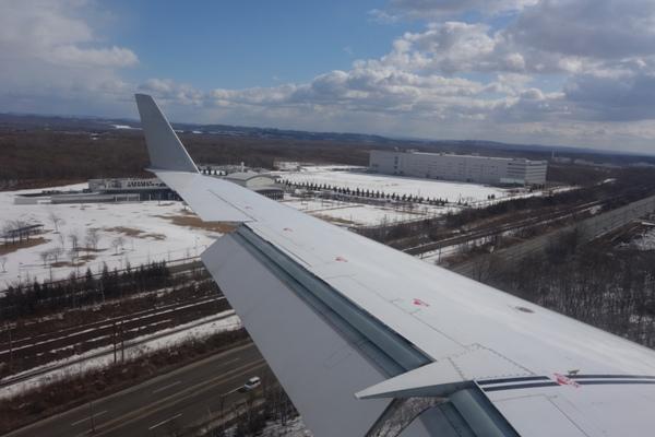 機首を下げつつ新千歳空港にアプローチする様子を機内から
