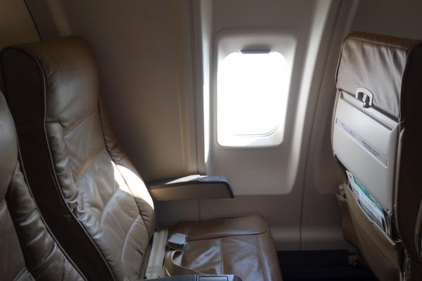 革製クリーム色のJ-AIRのCRJ200の座席