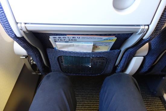 エアドゥのB767-300型機のシートの足元の広さ