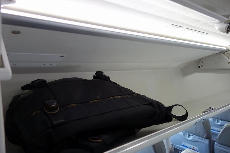 CRJ700の荷物棚