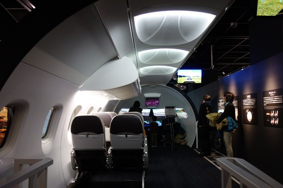 MRJ実物大モックアップの座席とシミュレーターが設置された機内