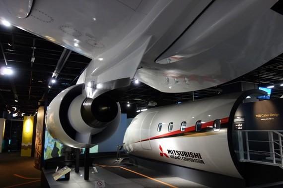 MRJの実物大モックアップと翼・エンジン