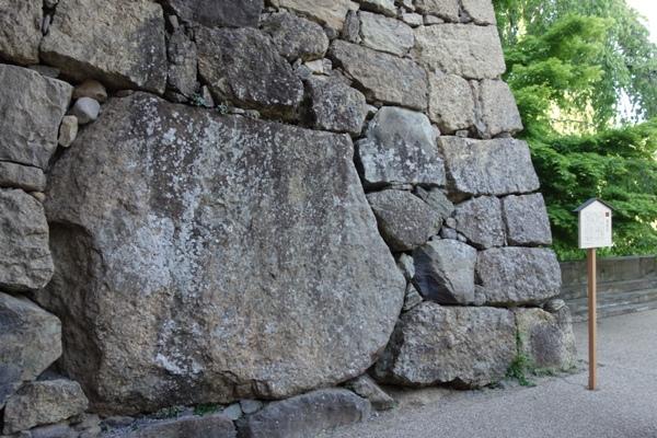 上田城正門の右側にある巨大な真田石