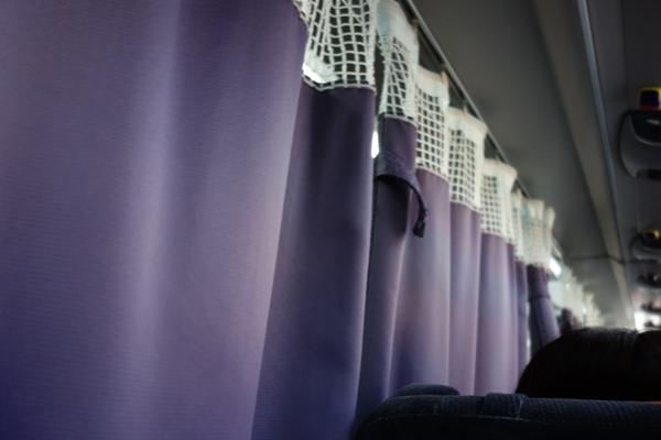 アルピコ高速バス3列シート車両のカーテン