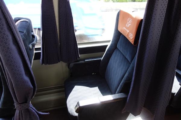アルピコ高速バス3列シート車両の窓側座席