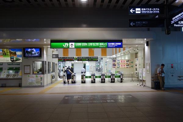早朝7:00の閑散とした松本駅
