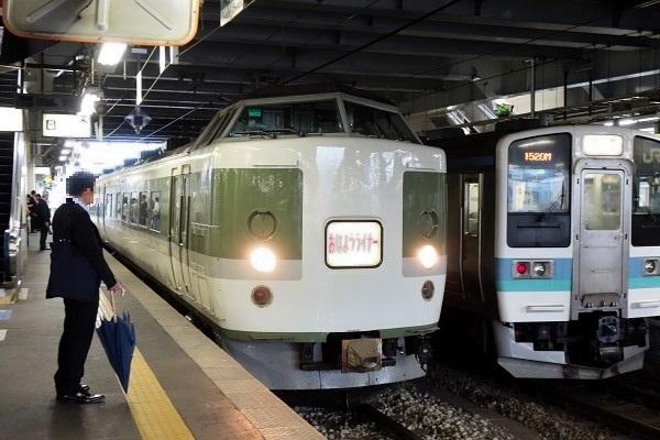 松本駅に入線する189系おはようライナーあさま色