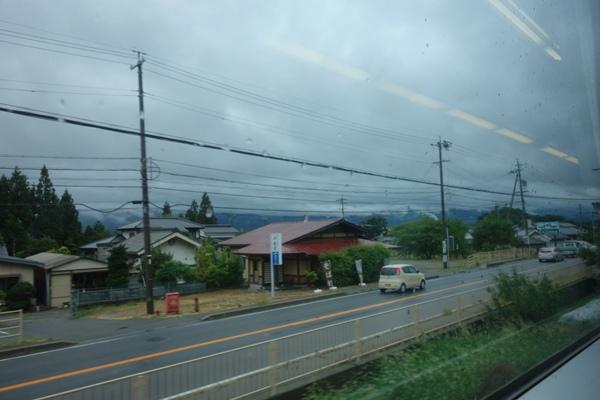 電車車内から見える国道19号