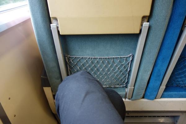 189系おはようライナー自由席の足元の広さ(足を組んだ様子)