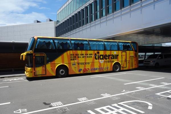 台北桃園空港を走るタイガーエアのラッピングバス