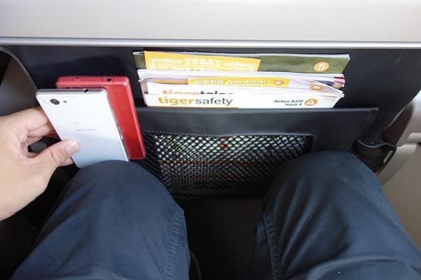 膝と前席とのスペースはスマホ2台分の広さ