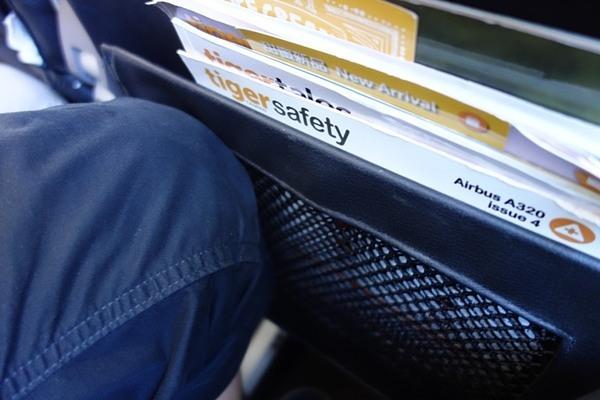 前席が最大角度で倒れてきた時のスペースが全くない足元の様子