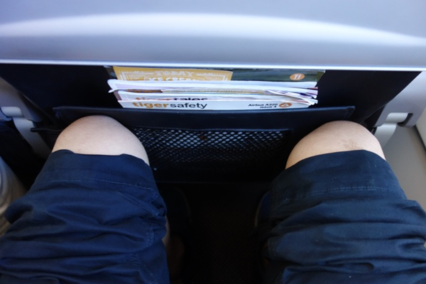 LCCの機内で前席を最大座席で倒された時の足元の広さ