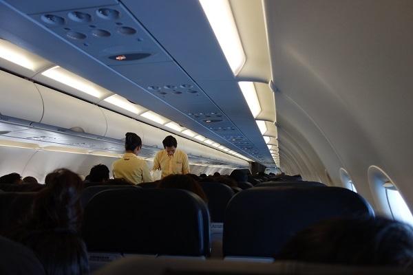 機内販売サービス中の機内の様子