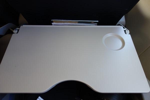 タイガーエア台湾のシートに装備された中央部がくぼんだテーブル