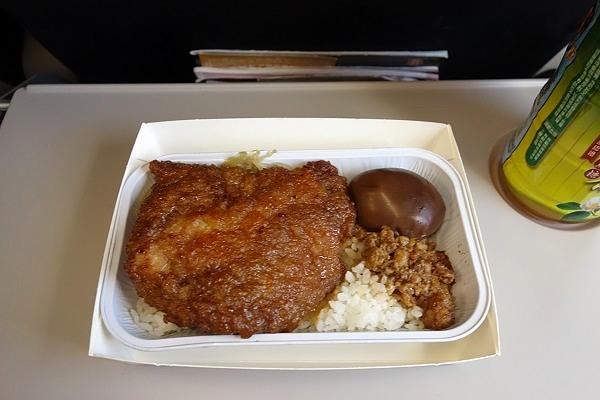 タイガーエア台湾のポークチョップのタレ付けご飯の機内食