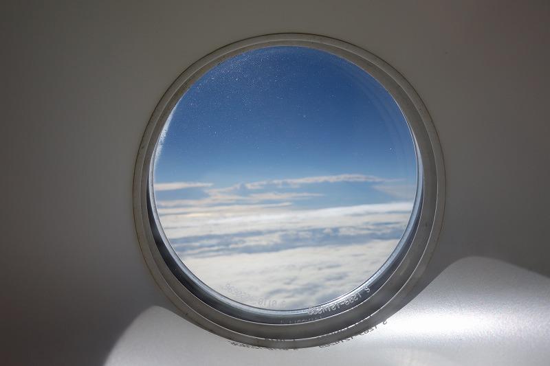 非常口の小さな丸い窓から見た外の景色