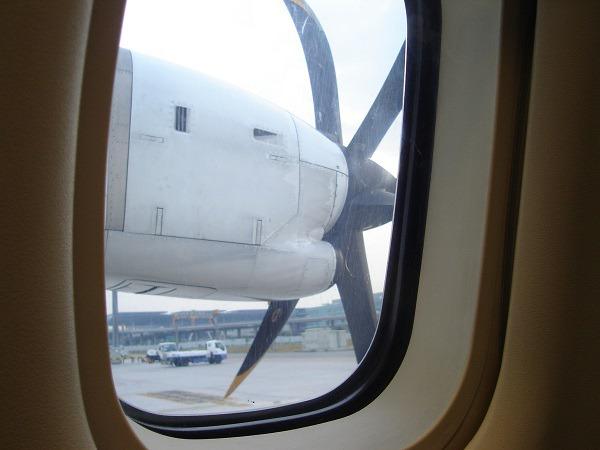 機内から見えるATR72の6枚のプロペラ
