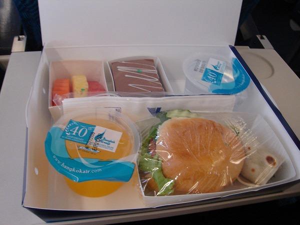 バンコクエアウェイズのハンバーガーなどの弁当タイプの機内食