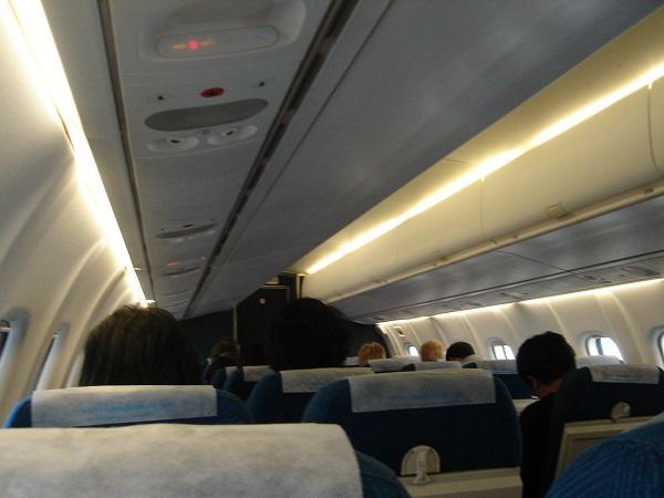バンコクエアウェイズのATR72型機の機内の様子