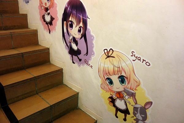 壁に貼られたごちうさキャラのイラスト