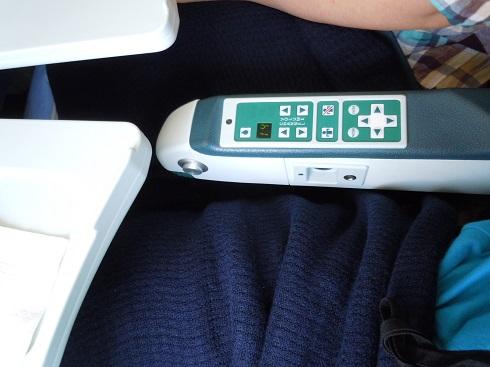 肘掛に装備された個人モニターの操作盤