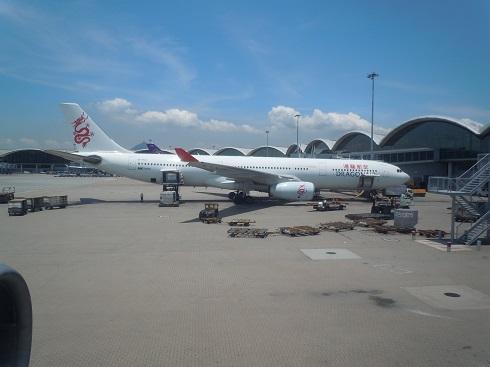 香港の空港到着時に機内から見えた香港ドラゴン航空のA330型機
