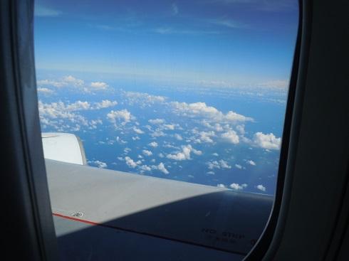 キャセイのB747-400の機内から望むエンジンと翼の付け根