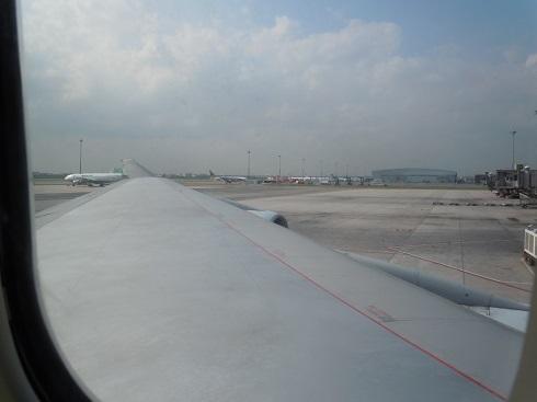 キャセイのB747-400の機内から望むエンジンと巨大な翼