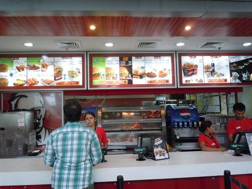インドの空港内にあるケンタッキーフライドチキン(KFC)