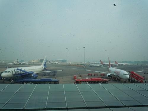 インディラガンディー空港国内線ターミナルに並ぶindigoとスパイスジェットの機体