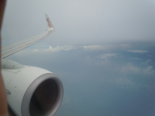 スパイスジェットの機内から望むB737-800型機のエンジンと翼