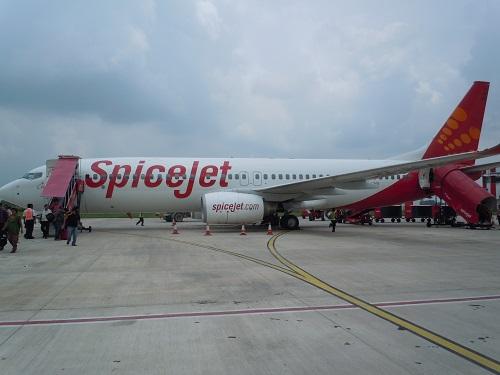 ベナレスの空港にて撮影したスパイスジェットのB737-800型機