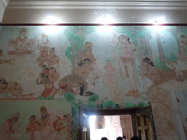 寺院内部の壁に描かれたブッダの一生を描いたとされる絵