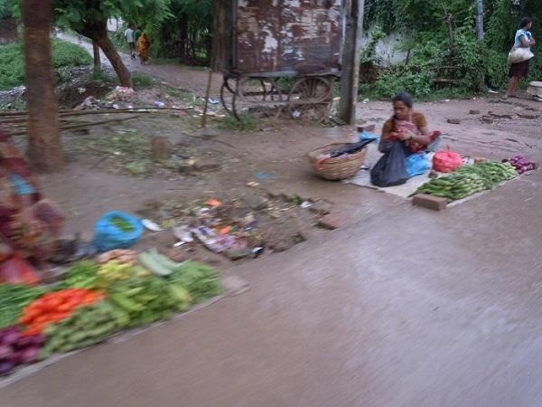 道端で野菜類を売っている露天商