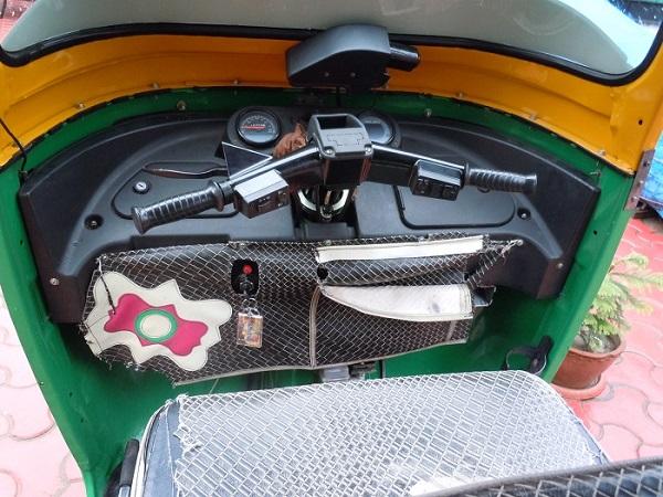 オートリキシャの運転席